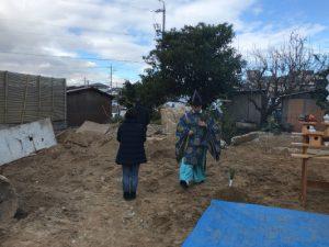 岡崎市でサンホームズが外周のブロック積みをしています