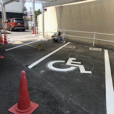 駐車場のライン引きと車止め工事画像|岡崎市・幸田町で外構・エクステリア・庭の設計施工を手掛けるサンホームズ