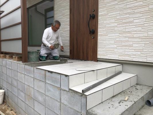 玄関タイル工事|岡崎市・幸田町でエクステリア・お庭などの外構工事をてがけるサンホームズ